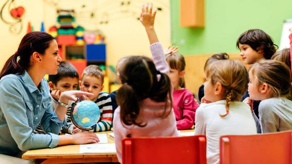 Imagen de una clase con una profesora y niños