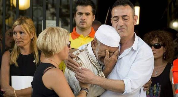 imagen del abrazo de un iman y el padre de un niño muerto en La Rambla