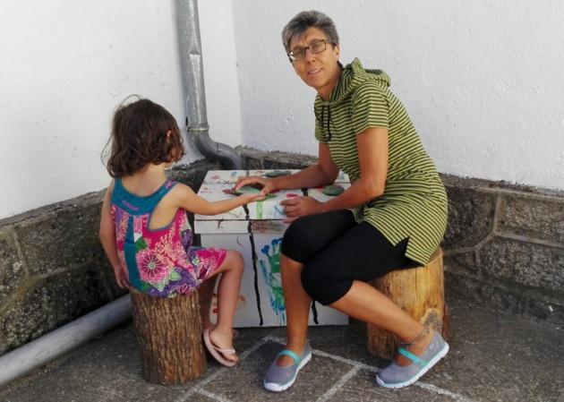 imagen de una niña y una profesora