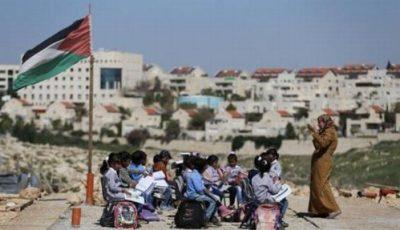 imagen de unos niños dando clase entre ruinas