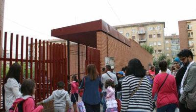 Imagen de la puerta de un colegio a la hora de entrada