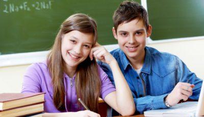 imagen de una alumna y un alumno en clase
