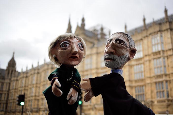 Muñecos simbolizando a May y Corbyn