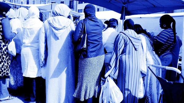 imagen de un grupo de mujeres con hijab en un mercado
