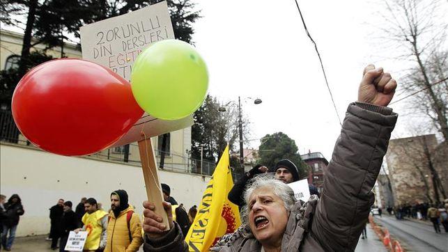 imagen de una mujer en una protesta