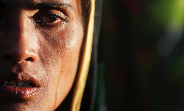 Imagen de una joven llorando