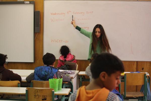 imagen de la pizarra de una clase con una profesora