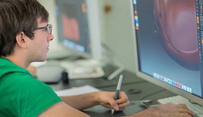 Imagen de un joven en un ordenador