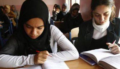 dos niñas en clase, una con hijab