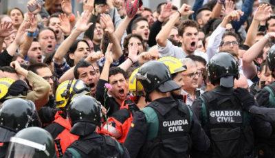 Grupo de jóvenes sujeto por policías el 1-O
