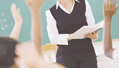 imagen del cuerpo de una profesora rodeada de manos de alumnos