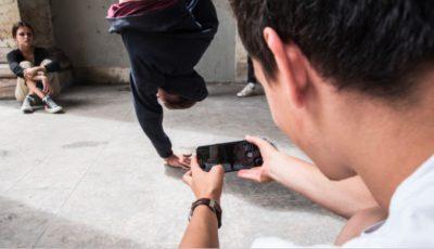 un joven graba en vídeo una pelea