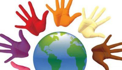 Una imagen en colores del mundo y manos de colores