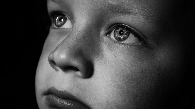 imagen en blanco y negro de la cara de un/a bebé