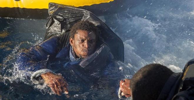 imagen de un hombre inmigrante en el agua