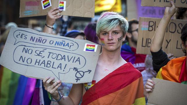 imagen de un joven en una manifestación