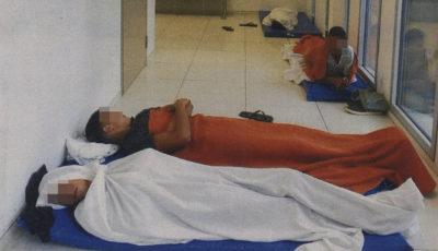 imagen de los menores durmiendo en los pasillos