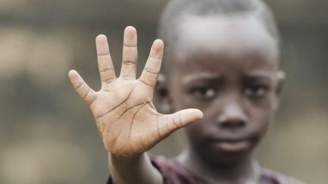 imagen de un joven de color con la mano en gesto de parar