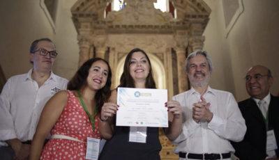 Imagen de Verónica Rivera recibiendo el premio