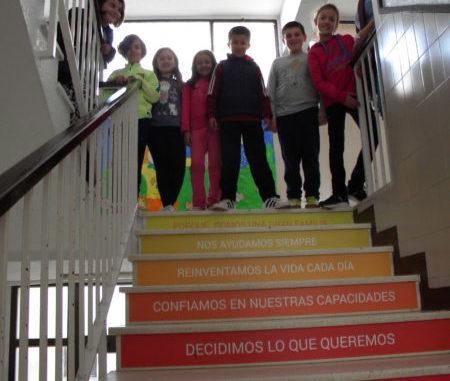 imagen de las escaleras del centro con las frases mencionadas