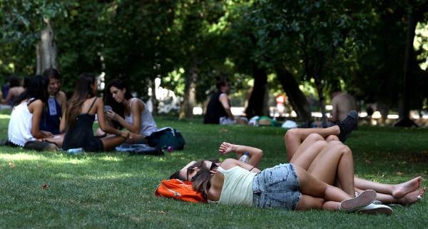 imagen de un grupo de jóvenes en un parque