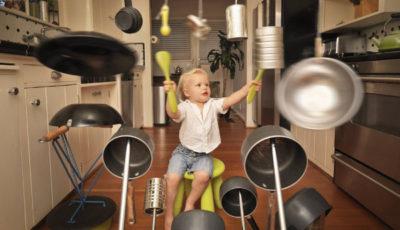 imagen de un nene/ que toca la batería