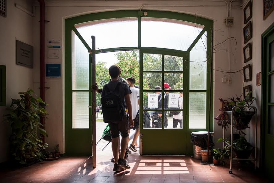Puerta de un instituto