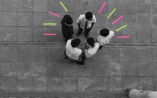 Imagen desde arriba de unos jóvenes en un colegio italiano