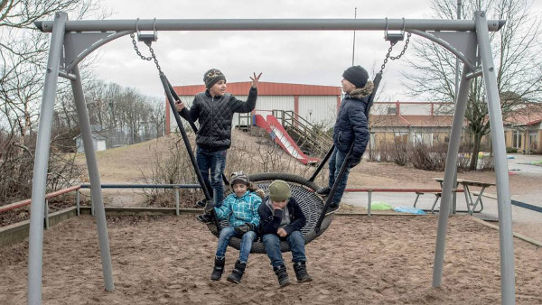 imagen de tres niños refugiados en un campamento sueco