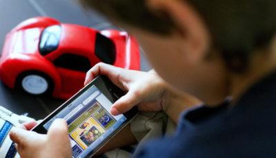 imagen de un niño jugando con un móvil