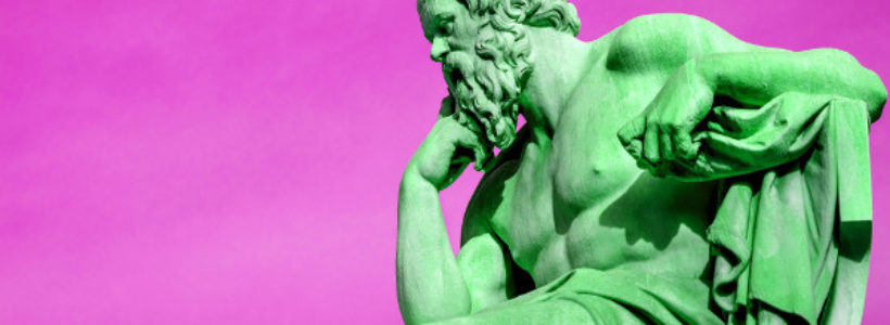 Estatua de Sócrates con fondo rosa fucsia