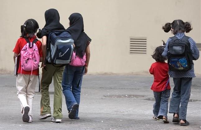 jóvenes y niñas en el patio de un colegio