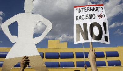 imagen de un cartel en una concentración anti racismo