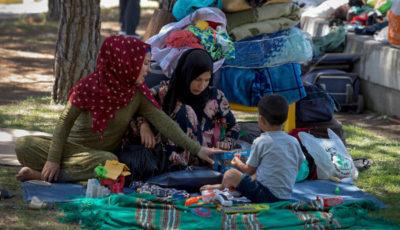 un grupo de mujeres y niños/as inmigrantes