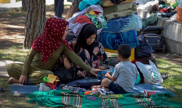 dos mujeres con hijab y un niño