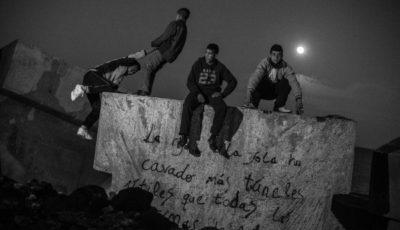 Imagen de varios jóvenes en el puerto de Melilla