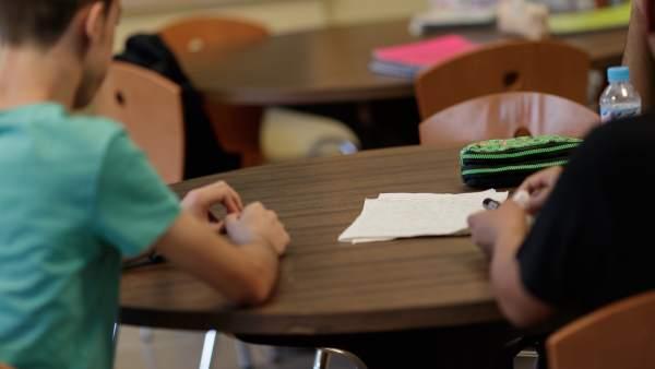 imagen de dos alumnos/as en una mesa