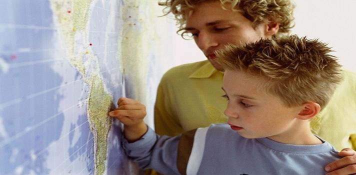 imagen de un profesor y un alumno viendo un mapa