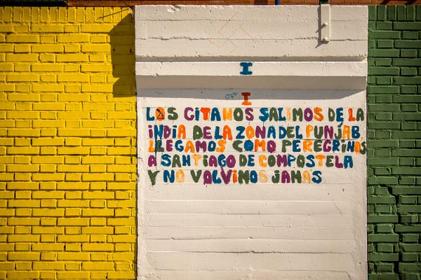 Texto en una pared del centro sobre el origen indio del pueblo gitano