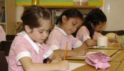 Tres niñas con uniformes de colegio rosas