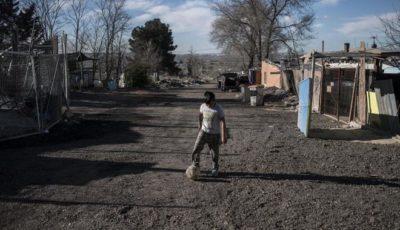 imagen de un joven jugando a la pelota