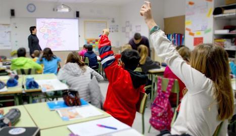 niños en una clase con una pizarra digital