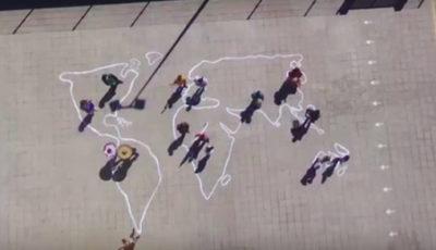 Fotograma del vídeo ganador con el patio del colegio pintado con el mapa del mundo