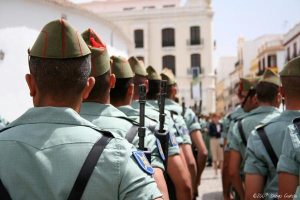 Imagen desde su espalda de un grupo de legionarios desfilando