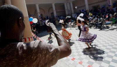 inmigrantes bailan una cueca