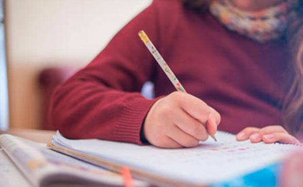 una niña haciendo los deberes