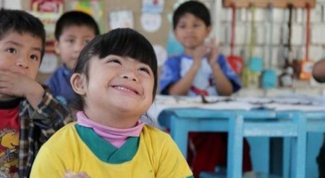 imagen de una niña latina en una clase