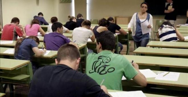 jóvenes en un aula haciendo un examen