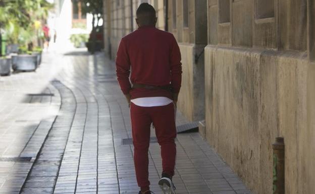imagen del joven caminando por la calle