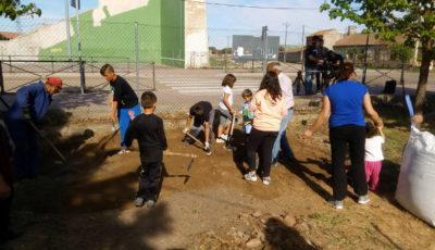 un grupo de alumnos/as trabaja en un huerto